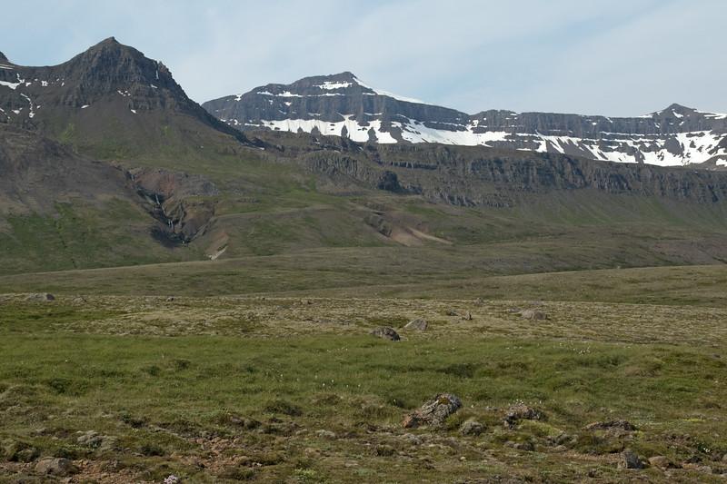 Nóntindur (peak) - adjacent the volcanic rock ledge along the Grahnausar - and distal the snow banks along the Lambafell (mountain) and Goðaborg (peak).