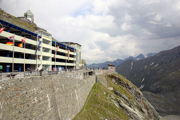 Along the retaining wall for the parking for the Kaiser-Franz Josefs-Hohe - up to the Wilhelm Swarovski Observatory - along the lower slope of the Fuscherkarkopf - Hohe Tauern National Park