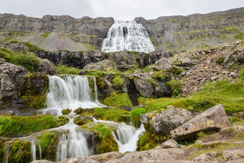 La Fjallfoss, toponyme islandais signifiant littéralement en français « cascade de la montagne », est une cascade dominant l'Arnarfjörður dans le Nord-Ouest de l'Islande, la plus grande des chutes d'eau de la région des Vestfirðir (fjords de l'ouest). La chute d'eau s'écoule depuis le flanc strié du fjord sur une hauteur totale de cent mètres. La largeur de Dynjandi est d'environ trente mètres au sommet et soixante mètres en bas de la chute.