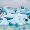 Les blocs de glace se détachant du front du glacier Vatnajökull, plus précisément de la langue du Breiðamerkurjökull, dérivent sur le lac, puis rejoignent la mer.