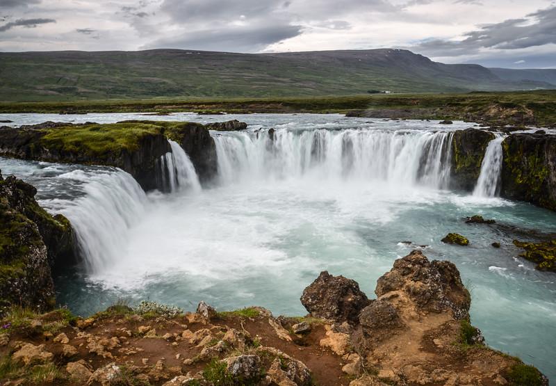 Goðafoss est une des chutes les plus célèbres d'Islande. Elle est localisée dans la région de Mývatn, sur le fleuve Skjálfandafljót et fait 12 mètres de hauteur sur 30 mètres de largeur.