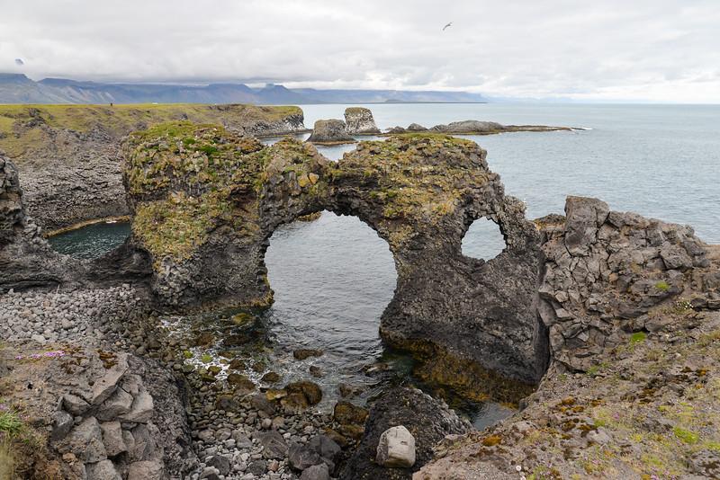 Arnarstapi, le rocher de Gatklettur qui a été façonné durant des années par l'océan.<br /> De nombreuses légendes circulent sur Arnarstapi, considéré comme un lieu sacré. Chaque été des sorciers et des chamans s'y réunissent.