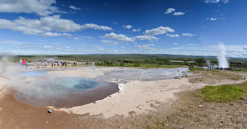 Geysir est le geyser islandais qui a donné son nom à tous les autres, et dont le terme vient du verbe islandais gjósa signifiant « jaillir ». Il est situé dans le champ géothermique de Geysir, un ensemble de sources chaudes comprenant un autre geyser, Strokkur. Cette photo est un assemblage de 6 photos !