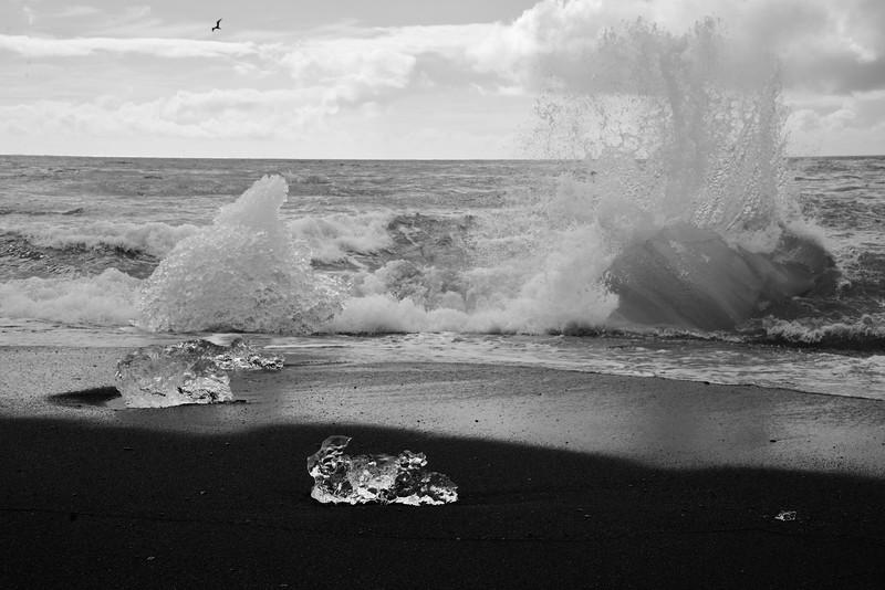 En été, les icebergs dérivent des années dans le lac, en direction de son embouchure, fondent en petits cubes de glace et disparaissent dans la mer ou s'échouent sur une belle plage de sable noir.