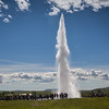 Geysir et ses Geysers. Geysir est le geyser islandais qui a donné son nom à tous les autres, et dont le terme vient du verbe islandais gjósa signifiant « jaillir ».