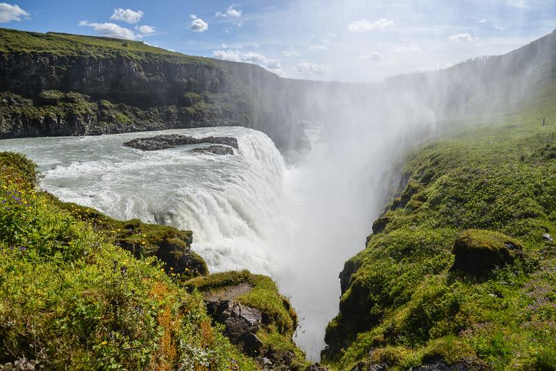 D'une hauteur de 32 mètres1 et d'une largeur de 70 mètres, elle se trouve à quelques kilomètres du site de Geysir et forme avec celui-ci et Þingvellir le « cercle d'or », une attraction touristique très populaire. Une histoire raconte que la fille du propriétaire de la cascade menaça de se jeter dedans si la rivière était utilisée pour produire de l'électricité, projet qui fut alors abandonné.