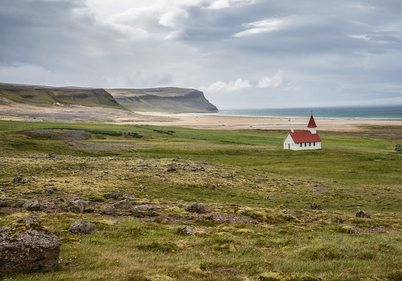 Le Látrabjarg est situé dans le Nord-Ouest de l'Islande, dans la péninsule de Vestfirðir qui constitue une des huit régions de ce pays, dans la municipalité de Vesturbyggð.<br /> <br /> Son littoral est constitué de falaises mesurant quatorze kilomètres de longueur et culminant jusqu'à 440 mètres d'altitude. Ces dernières constituent un lieu de vie pour des millions d'oiseaux marins qui y nidifient, notamment le petit Pingouin dont la population sur ce site représente 40 % de la population mondiale de cette espèce.