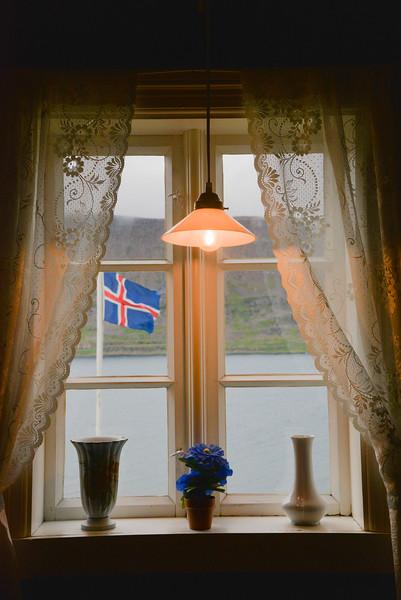 Pause café dans un petit bistrot isolé de tout dans les fjords de l'Ouest.
