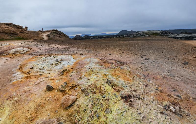 Festival de couleurs, le volcan Krafla.De 1975 à 1984, une nouvelle série d'éruptions et de tremblements de terre (Kröflueldar) s'est concentrée dans la caldeira et en particulier à Leirhnjúkur. La coulée de Leirhnjúkshraun est encore chaude et continue à dégazer ainsi que la zone de solfatares, de mares de boue et de fumerolles.