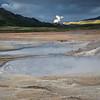 Hverir, au loin la centrale géothermique la plus grande d'Islande montre sa présence.