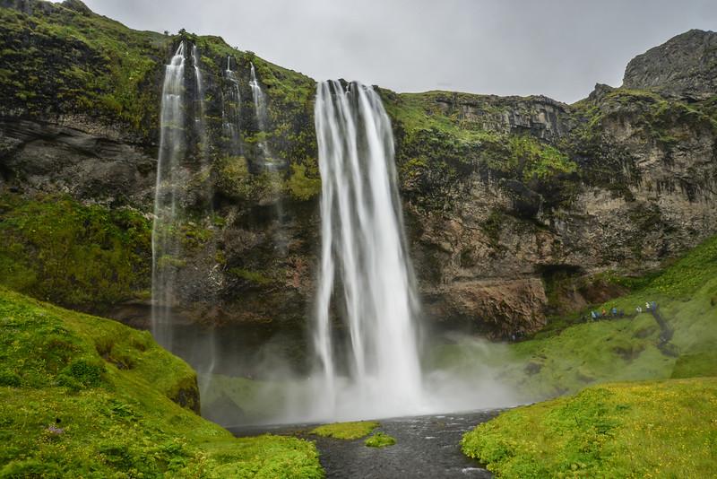 Seljalandsfoss<br /> Seljalandsfoss est une chute d'eau du sud de l'Islande mesurant 65 mètres de hauteur. Elle se trouve à proximité de la chute de la Skogafoss. Sa particularité est la possibilité de passer derrière ce qui offre un nouveau point de vue et la rend plus impressionnante.