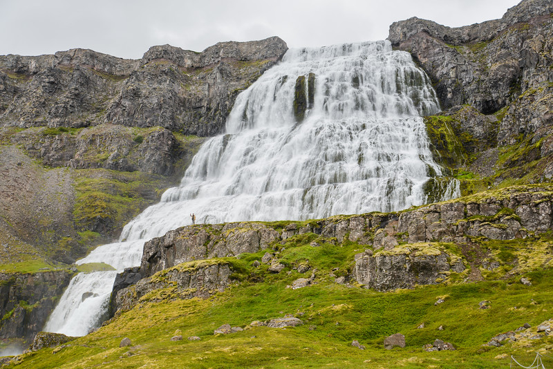 La chute d'eau s'écoule depuis le flanc strié du fjord sur une hauteur totale de cent mètres. La largeur de Dynjandi est d'environ trente mètres au sommet et soixante mètres en bas de la chute.