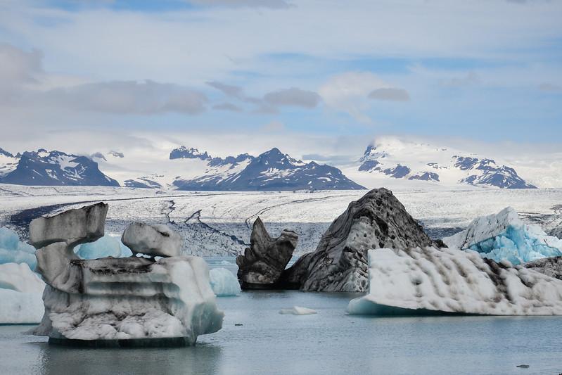 La Jökulsárlón offre des vues exceptionnelles sur la calotte glaciaire qui s'élève à une altitude de 910 m. Elle commence à se déverser 19 km avant d'arriver dans la lagune.