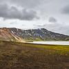 Le massif du Landmannalaugar, au centre de l'Islande, présente un paysage tourmenté. L'activité volcanique y a forgé des cratères rougeâtres, des montagnes de rhyolite, des vallons et des champs de cendre qui côtoient des lacs d'un bleu profond.