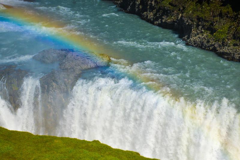 Gullfoss (la « chute d'or ») est une succession de deux chutes d'eau d'Islande situées sur la rivière Hvítá.<br /> <br /> Son nom provient de l'arc-en-ciel que l'on peut souvent voir au-dessus.