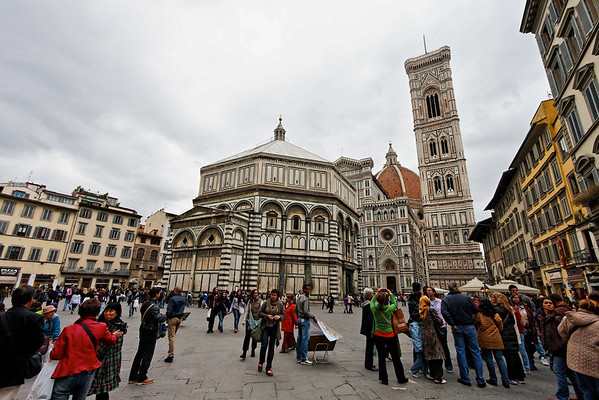 Florence's Duomo and early-season crowd.