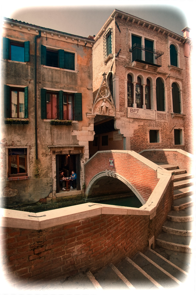 Our apartment, over a trattoria, beside the Arco del Paradiso, Venice