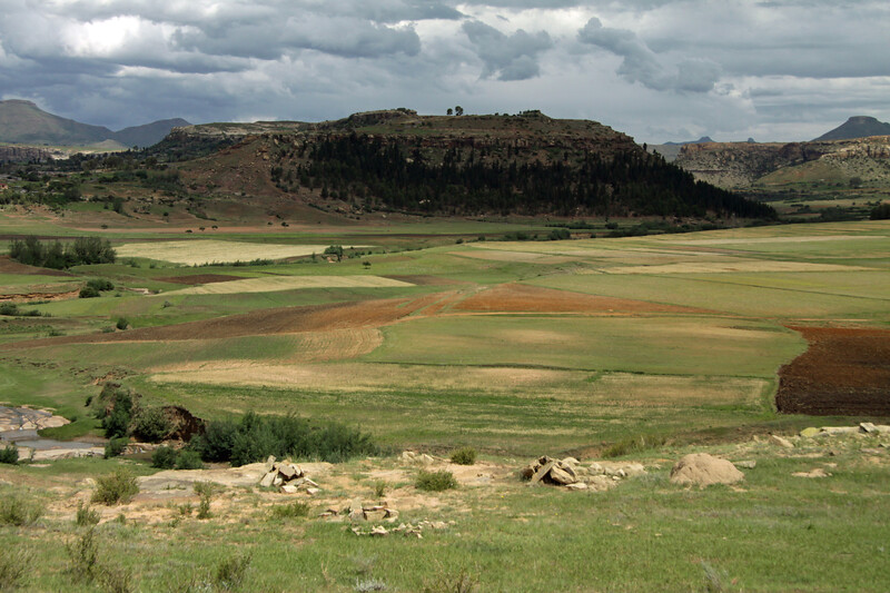 Sandstone outcrops and cultivated fields along the western foothills of the Thaba Putsoa Mountains - Maseru (district) - Kingdom of Lesotho.