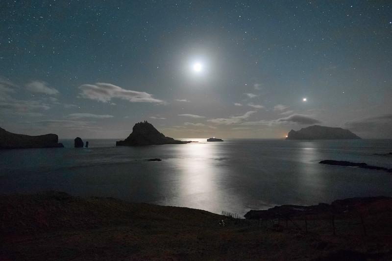 Full Moon between Tindhólmur and Mykines island.