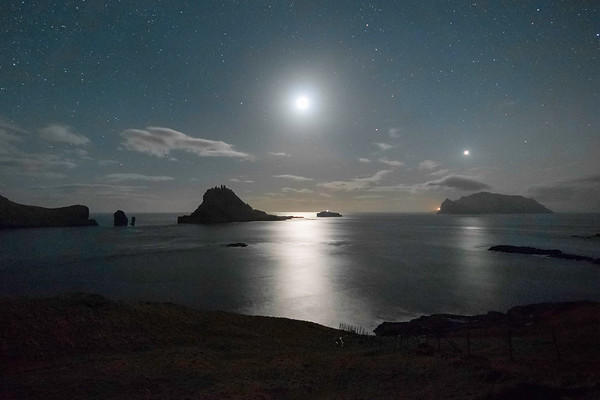 Full Moon between Tindhólmur and Mykines island.