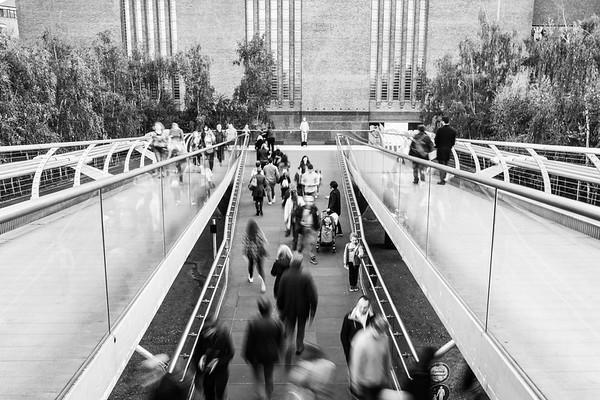 This is the other end of the Millennium bridge, facing the Tate Modern. A street performer stands immobile at the end.