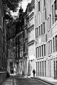 There doesn't seem to be a straight line in London--the streets, and the buildings, have lovely sweeping curves that show off the architecture and seem to be tempting you to see what's just around the bend.