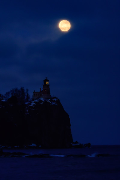 Rising Wolf Moon over Split Rock Lighthouse 01