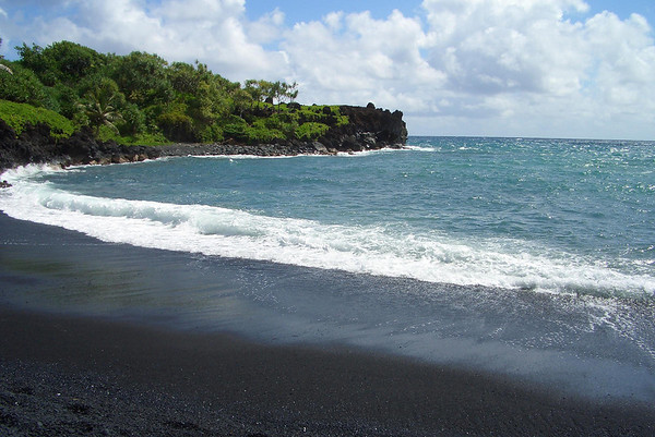 Honokalani Black Sand Beach - and Pa'iloa Bay - Wai'anapanapa State Park - Northeast island region