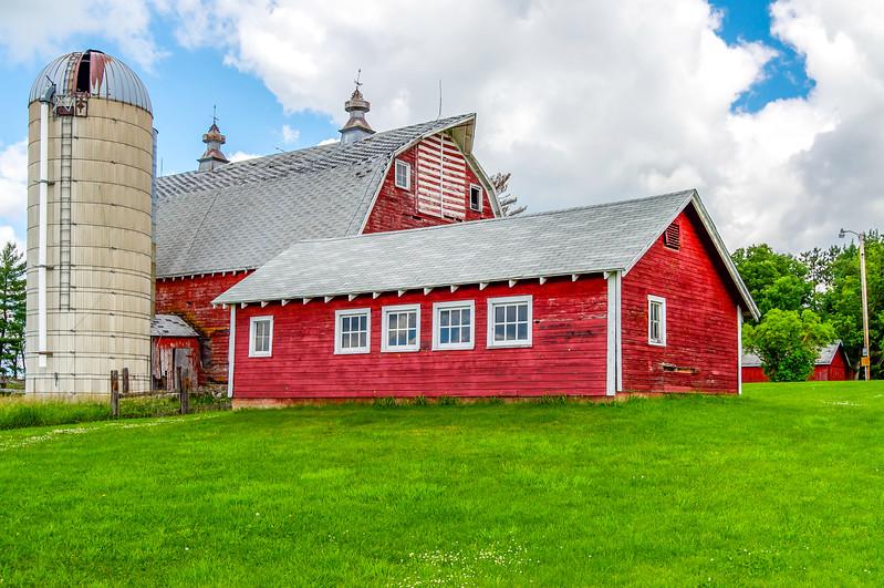 Minnesosta Farm on a Grassy Hill