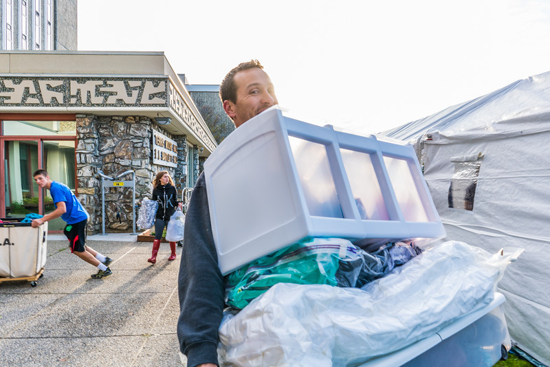 """Returning students, staff and parents all pitch in to help new arrivals move into the residence halls during Rev It Up on the Fairbanks campus at the beginning of the fall 2015 semester.  <div class=""""ss-paypal-button"""">Filename: LIF-15-4637-23.jpg</div><div class=""""ss-paypal-button-end""""></div>"""
