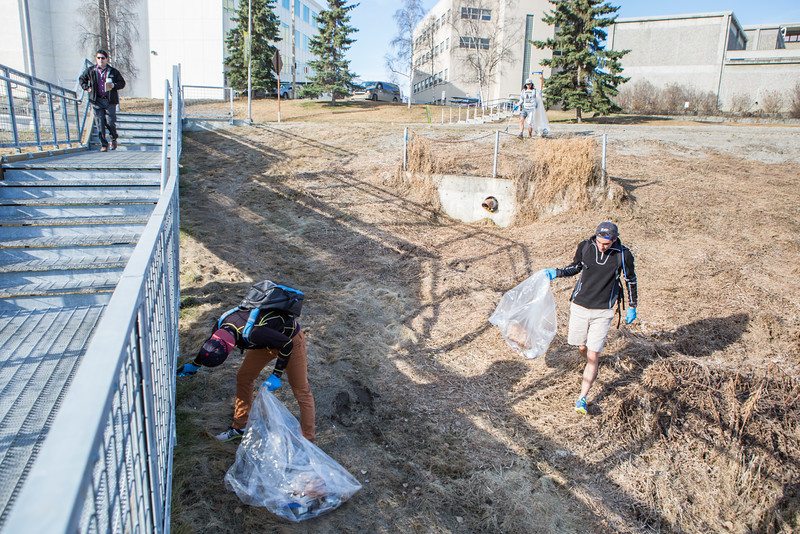 "Volunteers clean up campus during the 2016 SpringFest.  <div class=""ss-paypal-button"">Filename: LIF-16-4879-216.jpg</div><div class=""ss-paypal-button-end""></div>"