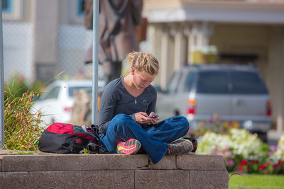 Hannah Wing texts during a break between classes on the first day of the fall semester.  Filename: LIF-12-3529-032.jpg