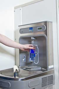 Students take advantage of a free drinking water dispenser in Wood Center aimed at reducing the number of plastic bottles that end up in the Fairbanks landfill.  Filename: LIF-11-3215-07.jpg