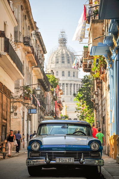 Old Car and El Capitolio