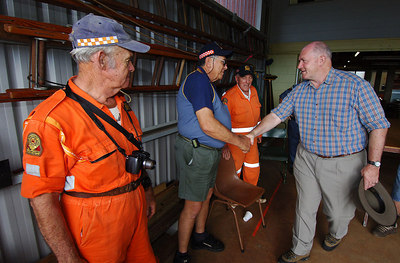 26 MAR 2006 MALANDA, QLD - General Peter Cosgrove visits relief workers on the Tablelands, west of Innisfail.  Cosgrove with SES volunteer Armando Loccisano - PHOTO: CAMERON LAIRD (Ph: 0418238811)