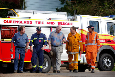 26 MAR 2006 ATHERTON, QLD - General Peter Cosgrove visits relief workers on the Tablelands, west of Innisfail.  (from left) Vic Barton (QFRS Gracemere), Danny Clarke (QFRS Gracemere), General Peter Cosgrove, Jim Curtis (Rural Fire Brigade Forsayth), Tim Simmonds (SES Atherton) - PHOTO: CAMERON LAIRD (Ph: 0418238811)