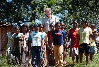 "04 MAY 2005 RAMPAPASA VILLAGE, FLORES, INDONESIA - Daily Mail journalist Richard Shears (6' 1"") with village women who believe they are descendants of ""The Hobbit"", a skeleton of a tiny woman who lived in a cave in the area 18,000 years ago.  The women range in height from approximately 4'2"" to 4' 6"" - PHOTO: CAMERON LAIRD"