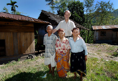 "04 MAY 2005 AKEL VILLAGE, FLORES, INDONESIA - Daily Mail journalist Richard Shears with (from left) Johannes Jerahi, 65, his 100 year old father Johannes Dak, and Petrus Bambul, 80.  These villagers believe they are descendants of ""The Hobbit"", a skeleton of a tiny woman who lived in a cave in the area 18,000 years ago - PHOTO: CAMERON LAIRD"