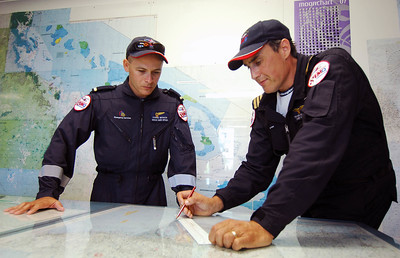 20 APR 2007 TOWNSVILLE, QLD - EMQ Helicopter Rescue chief pilot Trevor Wilson (right) and rescue crew officer Corrie Benson (left) look over the search area - PHOTO: CAMERON LAIRD (Ph: 0418 238811)