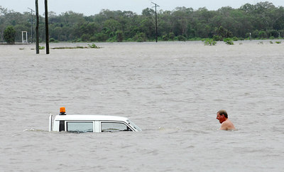 03 FEB 2007 Townsville, QLD - Trying to salvage a flooded vehicle on the road to Cungulla - PHOTO: CAMERON LAIRD (Ph: 0418238811)