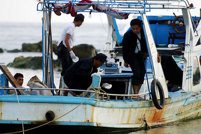 KOH SAMUI, THAILAND / 06 JAN 2006 - Murder of British backpacker Katherine Horton in Koh Samui, Thailand.  Thai police take swabs from a boat in connection with Katherine's disappearance - PHOTO: CAMERON LAIRD