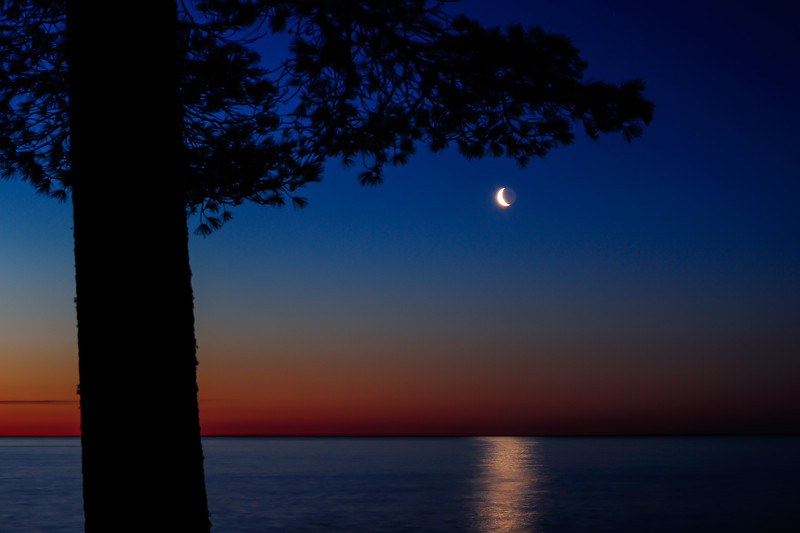 Rising crescent Moon over Keweenaw Bay 01