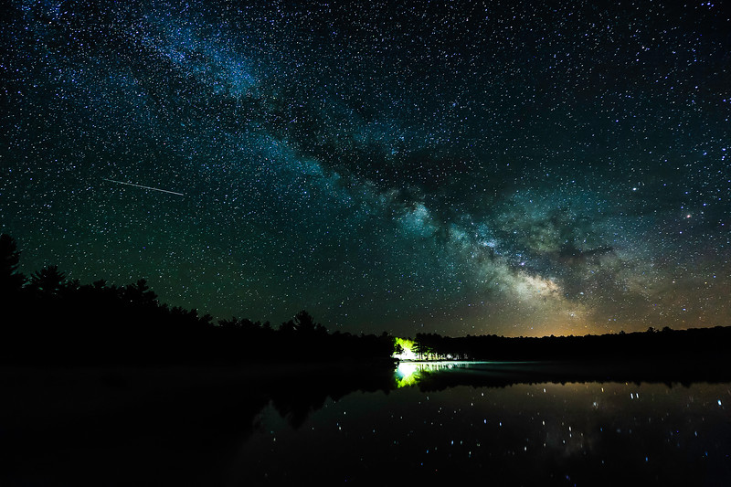 Meteor and Milky Way over Lac du Lun 01