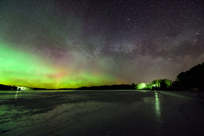 Spring equinox aurora and Milky Way 01