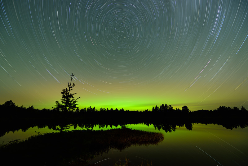 Aurora and star trails over Chamberlain Lake 01