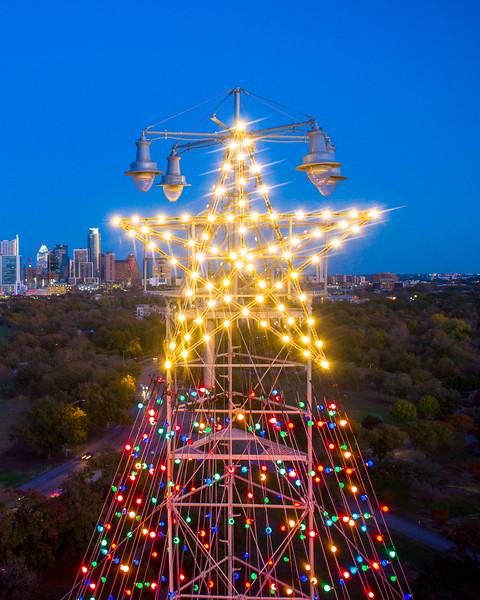 At the top of the Austin, Texas Zilker Tree, sits a double star, measuring 10 feet from point-to-point. The double star displays 150 frosted bulbs. The Tree stands 155 feet tall and is composed of 39 streamers, each holding 81 multicolored, 25-watt bulbs - totaling 3,309 lights.
