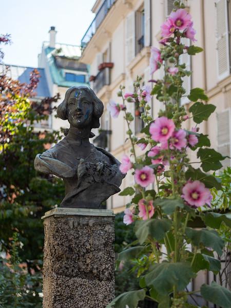 la dame sur le piédestal | the lady on the pedestal