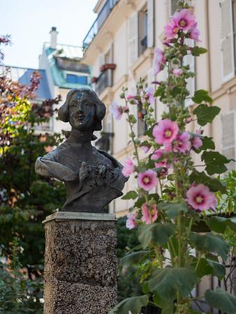 la dame sur le piédestal   the lady on the pedestal