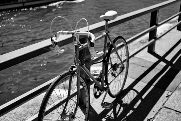 un vélo de route au bord de la Seine   a road bike besides the Seine