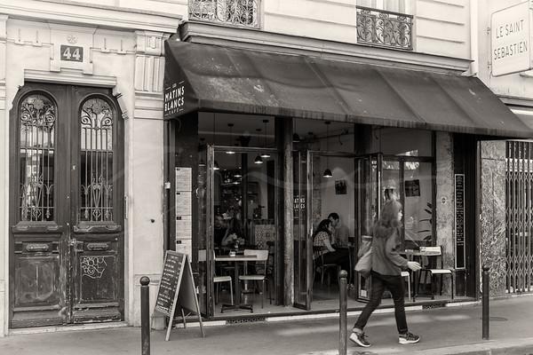 la femme passant le restaurant | the woman passing the restaurant
